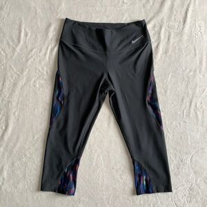 Nike woman's cropped active leggings. Size M